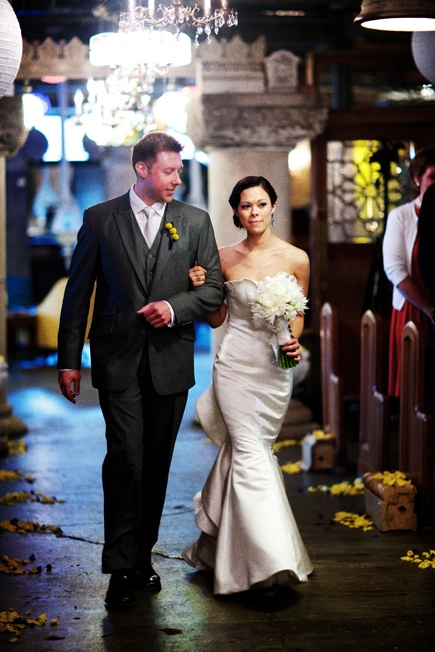 Salvage-one-wedding-bride-aisle-chicago-wedding-photographer-old-town-kevin-weinstein-photography_scarlet-petal