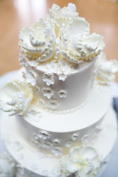 White Wedding Cake White Sugar Flowers Scarlet Petal Cafe Brauer